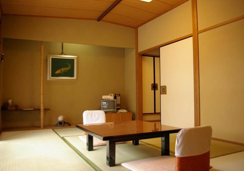 上大坊の畳敷きの客室は禁煙で、エアコン、緑茶セット、専用トイレが備わります。バスルームは共用です。