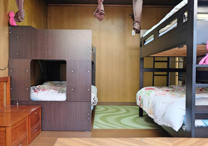 着物の小宿 うたかたのお部屋には、ポット、電子レンジが備わり、一部のお部屋にはシーティングエリアが付いています。バスルームは共用です。