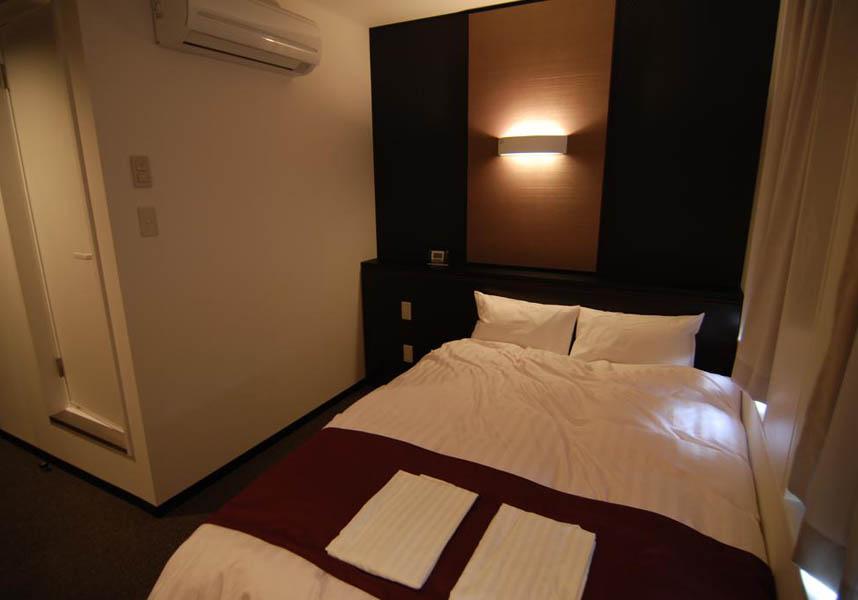 お部屋には薄型テレビ、電気ポット、ティーバッグ、専用バスルーム(バスタブ、浴衣付)が備わります。