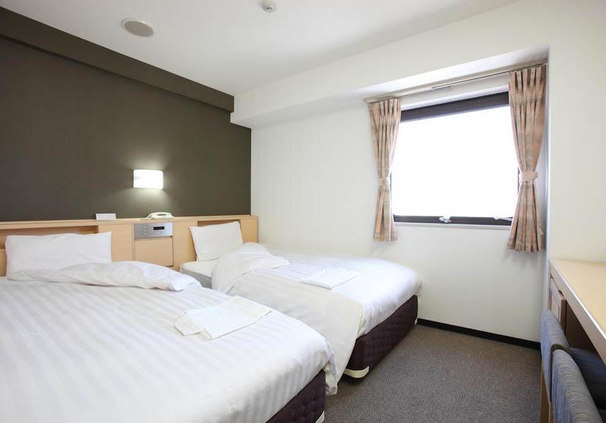 客室にはエアコン、薄型テレビ、冷蔵庫、電気ポット(緑茶ティーバッグ付)、専用バスルーム(ヘアドライヤー、歯ブラシセット付)が備わります。