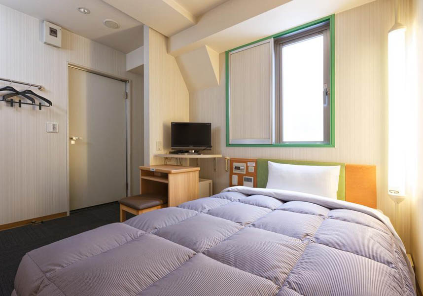 カーペットフロアの客室には、エアコン、薄型テレビ(ビデオオンデマンド・チャンネル付)、冷蔵庫、専用バスルーム(ヘアドライヤー付)が備わります。フロントデスクに無料の歯磨きセットとカミソリを用意しています。