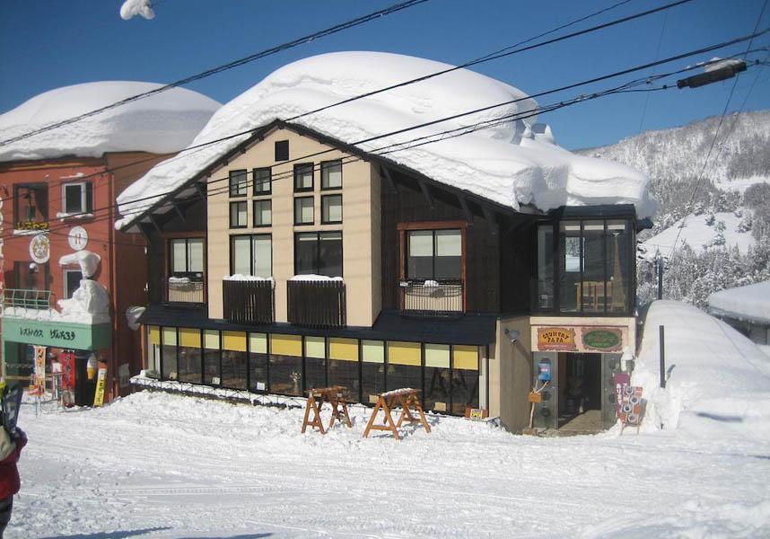 野沢温泉スキー場の近くにあるロッヂ ナカジマは、ゲレンデから徒歩1分です。無料Wi-Fiを館内全域で提供しております。朝食には卵料理とパンをダイニングエリアに用意しています。