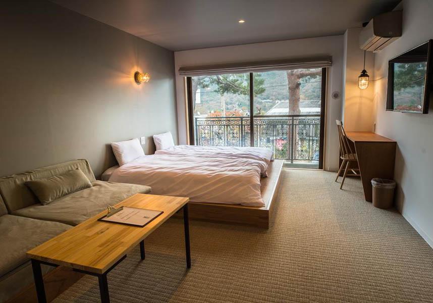 箱根町にあるホテル、箱根強羅公園から600mの場所に位置し、エアコンと無料Wi-Fi付きのお部屋を提供しています。箱根彫刻の森美術館まで1.1km、ポーラ美術館まで4.1kmです。バーでドリンクを楽しめます。