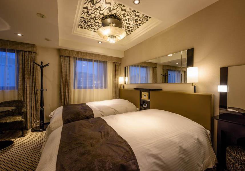 川崎市にある宿泊施設で、エアコン完備のお部屋、24時間対応のフロントデスク、レストラン、無料Wi-Fiを提供しています。お部屋にはポット、専用バスルーム(バスタブ、無料バスアメニティ付)、デスクが備わります。