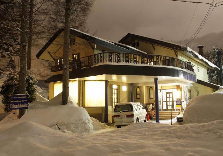 ケイズハウス白馬アルプスはJR神城駅・白馬五竜スキー場へ歩いていける便利な場所にあります。全館で無料のWi-Fi、無料専用駐車場を提供しています。
