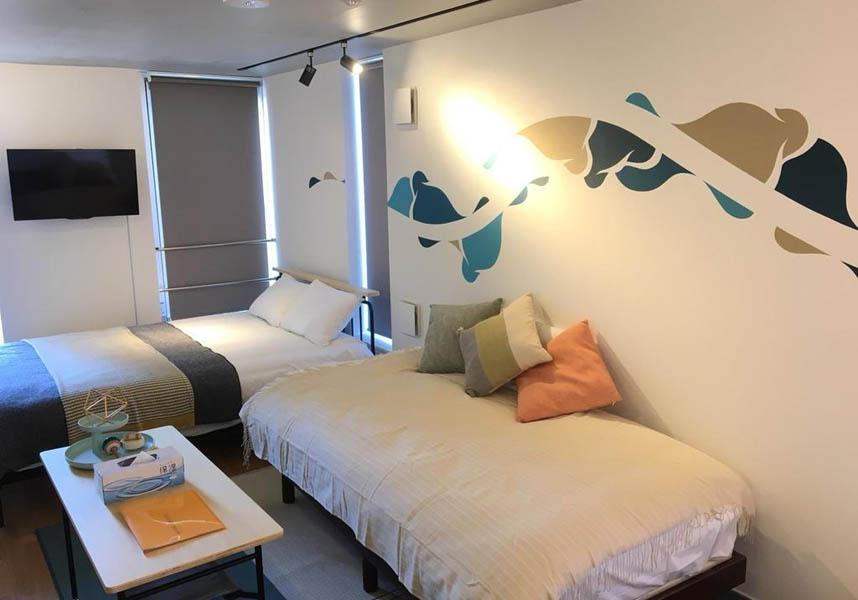 様々な場所にアートが施された、アートミュージアムさながらの宿泊施設です。ベッドルーム1室、薄型テレビ、設備の整ったキッチン(電子レンジ、冷蔵庫、コンロ付)、バスルーム1室(バスタブ付)が備わっています。