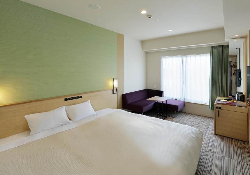 2017年7月15日にオープンした大阪の宿泊施設で、道頓堀グリコサインから徒歩8分の場所に位置しています。無料Wi-Fi(全室)、敷地内の専用駐車場(有料)を提供しています。