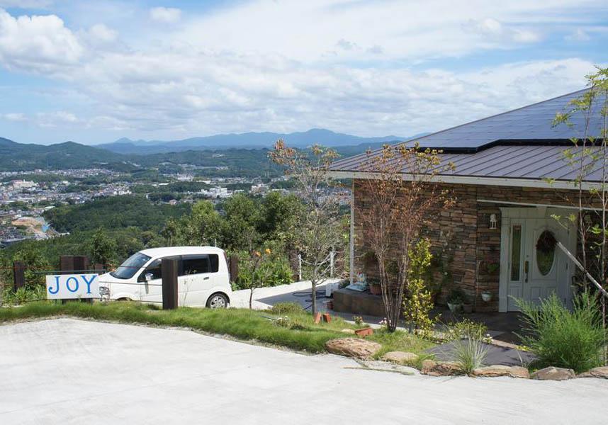 ジョイハウスは伊万里市にある宿泊施設で、伊万里市街を180度一望する最高のロケーションにあります。庭園、無料WiFi、共用キッチン、共用ラウンジを提供しています。
