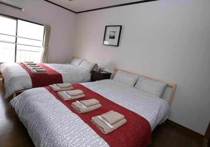 アパートメントにはエアコン、ベッドルーム3室、キッチン(冷蔵庫、電気ポット付)、洗濯機、バスルーム(バスタブ付)が備わります。