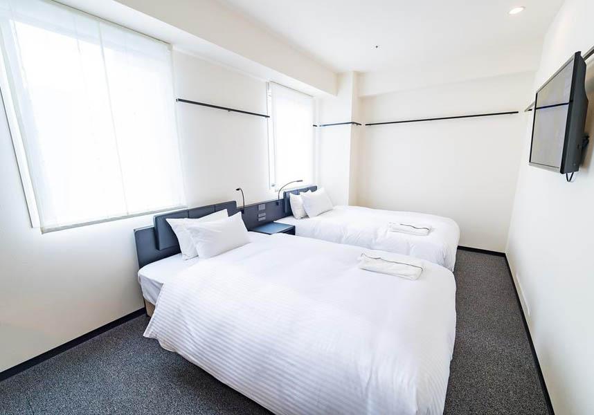 お部屋にはエアコン、テレビ、加湿機能付空気清浄機、冷蔵庫、電気ポット、バスルーム(ヘアドライヤー付)が備わります。無料Wi-Fiが利用できます。1Fのレストランでは朝食を提供しています。