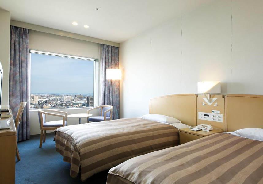 徳島グランヴィリオホテルはエアコン完備の客室(明るい色調の木製家具、無料の有線インターネット、薄型テレビ付)、レストラン3軒を提供しています。