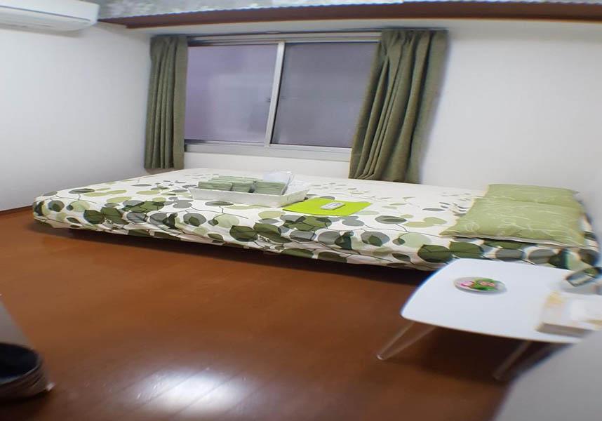 お部屋にはシーティングエリア、一部のお部屋には簡易キッチン(電子レンジ、トースター付)もあります。すべてのお部屋に薄型テレビが備わり、無料バスアメニティを用意しています。