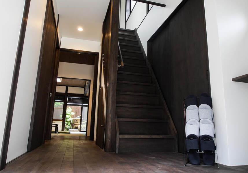 金沢市にあるKaga Houseは、金沢城から1.3km、兼六園から徒歩15分、妙立寺(忍者寺)から900m、武家屋敷跡の野村家から200mです。滞在中は庭園でくつろげます。
