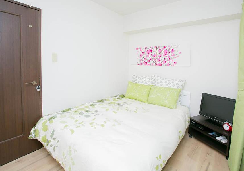 ゲストルーム金沢心音です。 金沢駅から徒歩6分、観光スポット、繁華街にも近く、とても便利できれいなお部屋です。 無料Wi-Fi回線付きの客室を提供しています。