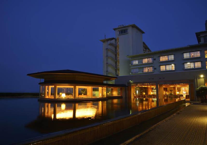 美保湾の海沿いにある皆生グランドホテル天水は、屋外プール、海辺のティーラウンジ、オーシャンビューの露天温泉風呂を提供しています。お部屋は和室と洋室があります。